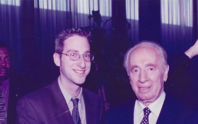 Ben Harris avec l'ancien président Shimon Peres (Crédit : autorisation Harris)