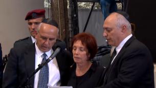 Les 3 enfants de Shimon Peres récitent le kaddish pour leur père (Crédit : capture d'écran Live GPO)