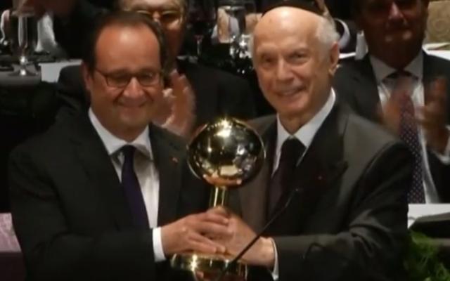 """François Hollande reçoit le prix de """"chef d'Etat de l'année"""" des mains du rabbin Arthur Schneier, survivant de la Shoah, en septembre 2016. (Crédit capture d'écran/France TV info)"""