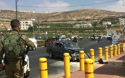 La scène d'une tentative d'attaque à la voiture bélier devant l'implantation de Kiryat Arba, près de Hébron, en Cisjordanie, le 16 septembre 2016. (Crédit : Hatzalah Judée Samarie)