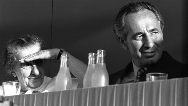 Shimon Peres, à droite, et Golda Meir. (Crédit: GPO)