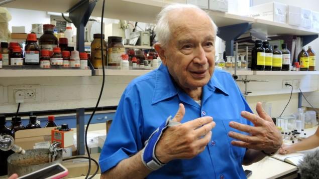 Le professeur Raphael Mechoulam dans son laboratoire de l'université Hébraïque, le 1er septembre 2016. (Crédit : Melanie Lidman/Times of Israel)