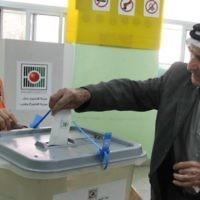 Un Palestinien glisse son bulletin de vote dans l'urne lors des élections municipales dans la ville d'Al-Bireh, en Cisjordanie, le 20 octobre 2012. (Crédit : Issam Rimawi/Flash90)