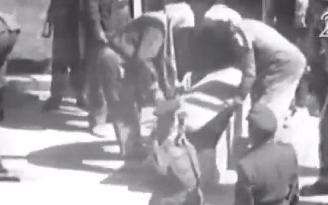 Extrait de la vidéo montrant l'espion israélien Eli Cohen placé dans un cercueil après son exécution par pendaison à Damas, en Syrie, le 18 mai 1965. (Crédit : capture d'écran Deuxième chaîne)