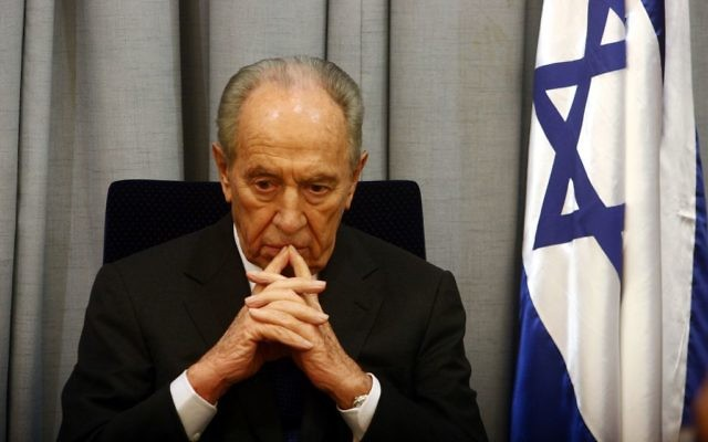 Shimon Peres, alors Premier ministre, pendant une cérémonie de commémoration de la mort de l'ancien Premier ministre Yitzhak Rabin, le 23 octobre 2007. (Crédit : Orel Cohen/Flash90)