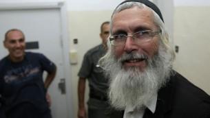Le rabbin Yigal Shendorfi au tribunal en 2008 après avoir été arrêté car il était soupçonné d'avoir organisé des émeutes contre les forces de l'ordre (Crédit : Kobi Gideon/Flash90)
