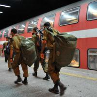 Des soldats israéliens dans une gare. Illustration. (Crédit : Shay Levy/Flash90)