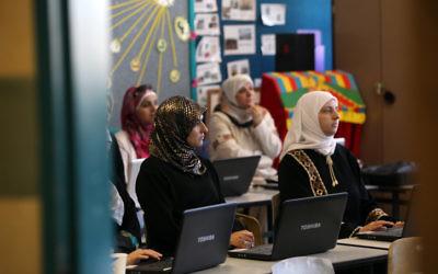 Des femmes musulmanes travaillant sur des ordinateurs (Crédit : Yossi Zamir / Flash90)