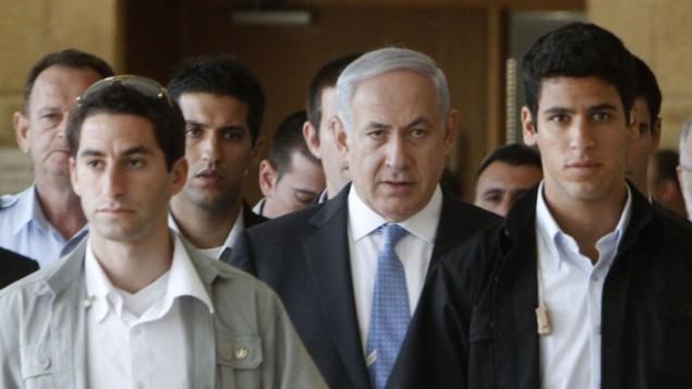 Le Premier ministre Benjamin Netanyahu et ses gardes du corps. Illustration. (Crédit : Miriam Alster/Flash90)