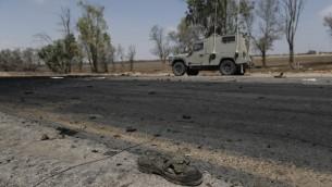 Les restes d'un véhicule militaire égyptien utilisé par des terroristes pour passer la barrière de sécurité à la frontière entre l'Egypte et Israël, en août 2012. (Crédit : Tsafrir Abayov/Flash90)
