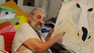 Menashe Kadishman, peintre et sculpteur israélien, dans son studio de Tel Aviv, le 15 décembre 2011. (Crédit : Deborah Sinai/Flash90)
