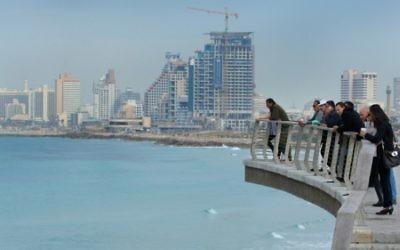 Des visiteurs admirent la vue depuis une partie récemment rénovée de la promenade de Tel Aviv, le 21 février 2012. (Crédit : Moshe Shai / Flash90)