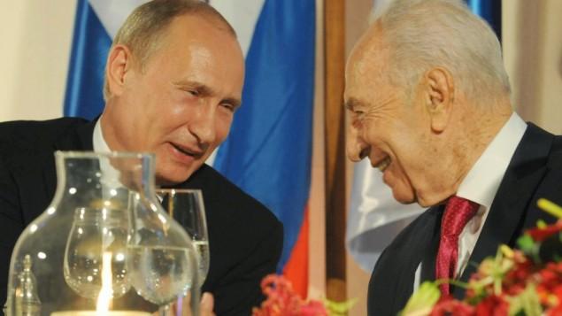 Le président russe Vladimir Poutine (à gauche) et Shimon Peres, alors président, à la résidence présidentielle de Jérusalem, le 25 juin 2012. (Crédit : Mark Neyman/GPO/Flash90)