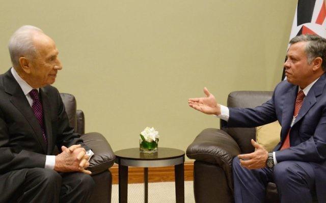 Shimon Peres, alors président, et le roi Abdallah II de Jordanie au Forum économique mondial à Amman, le 26 mai 2013. (Crédit : Mark Neyman/GPO/Flash90)