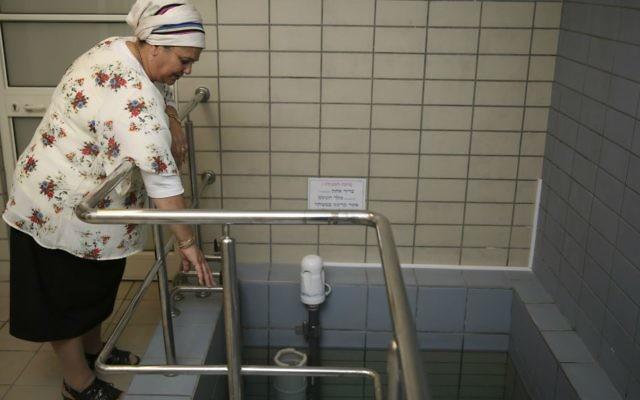 Une balanit, la femme qui vérifie que l'immersion dans un mikvé est casher selon la tradition juive. Illustration. (Crédit : Hadas Parush/Flash90)