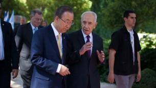 Le secrétaire général de l'ONU Ban Ki-moon avec Shimon Peres, alors président, après une conférence de presse conjointe à la résidence du président à Jérusalem, le mercredi 23 juillet 2014. (Crédit : Yonatan Sindel/Flash90)