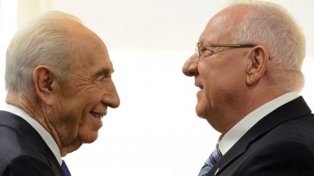 Le président Reuven Rivlin (à droite), et l'ancien président Shimon Peres, après la prestation de serment de Rivlin en tant que dixième président d'Israël, à la Knesset, le 24 juillet 2014. (Crédit : Haim Zach/GPO/Flash90)