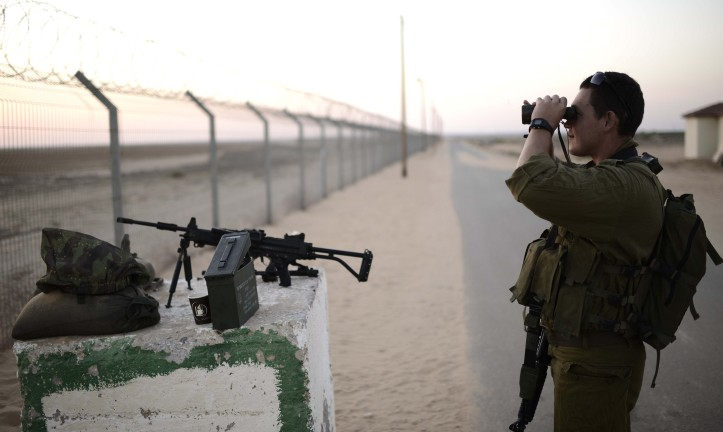 Un soldat israélien de la 10e division regarde avec des jumelles dans la bande de Gaza depuis une commune israélienne voisine, le 7 août 2014. Illustration. (Crédit : Tomer Neuberg/ Flash90)