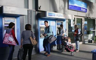 Une branche de la banque israélienne Leumi à Tel Aviv (Crédit : Maxim Dinshtein/Flash90)