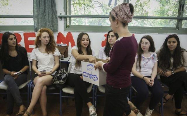 Des lycéennes se préparent pour un examen final de mathématiques à Maale Adumim, à l'est de Jérusalem, le20 mai 2015. (Crédit : Hadas Parush/Flash90)