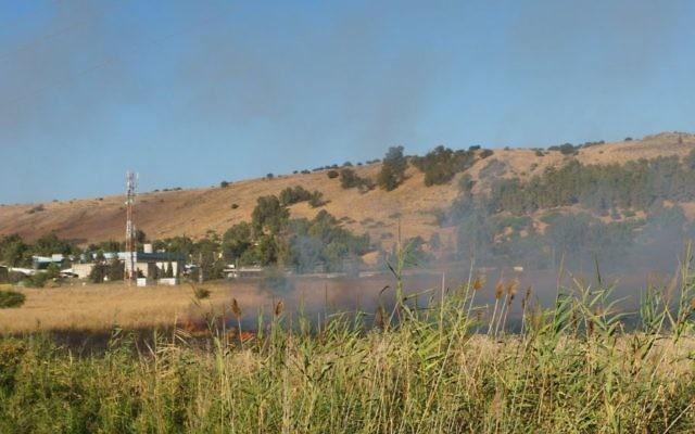 Un incendie fait rage près de Kfar Sold. Il a été déclenché par des tirs de missiles depuis la partie syrienne du plateau du Golan et a touché des zones ouvertes du plateau, dans le nord d'Israël, le 20 août 2015. (Crédit : Basel Awidat/Flash90)