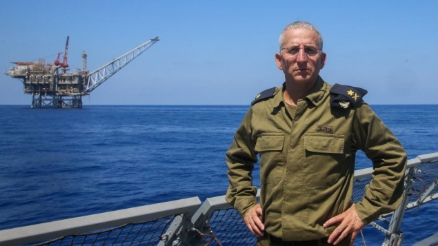 Le chef de la marine israélienne, l'amiral Ram Rothberg, près du champ de gaz naturel Tamar, le 2 septembre 2015. (Crédit : Flash90)