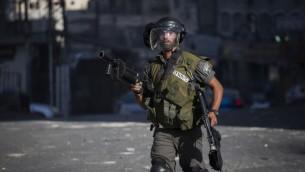 Un garde-frontière dans le camp de réfugiés de Shuafat, à Jérusalem Est, le 18 septembre 2015. Illustration. (Crédit : Hadas Parush/Flash90)