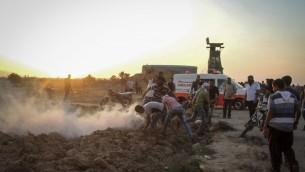 Des manifestants palestiniens affrontent les soldats israéliens près de la clôture de sécurité entre Israël et le sud de la bande de Gaza, à l'est de Khan Yunis, le 16 octobre 2015. Illustration. (Crédit : Abed Rahim Khatib/Flash90)