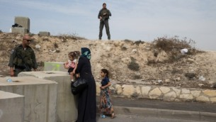 La police des frontières israélienne bloque l'entrée du quartier de Issawiya de Jérusalem-Est, en contrôlant les Palestiniens qui veulent passer, le 20 octobre 2015. (Crédit : Shohat Nati / Flash90)
