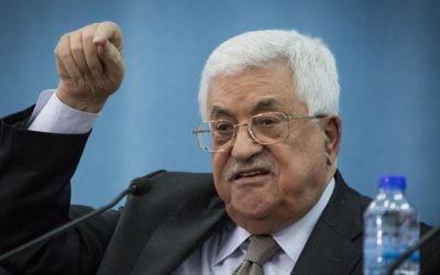 Le président de l'Autorité palestinienne Mahmoud Abbas pendant une rencontre avec une délégation des Fédérations juives de pays arabes, à Ramallah, le 28 mars 2016. (Crédit : Hadas Parush/Flash90)