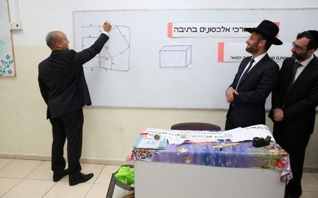 Naftali Bennett (à gauche), ministre de l'Education et dirigeant du parti HaBayit HaYehudi, dans une école ultra-orthodoxe de Tel Aviv, le 10 mai 2016. (Crédit : Yaacov Cohen/Flash90)