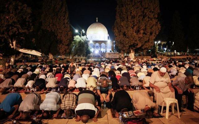 Des milliers de musulmans priant devant le Dôme du Rocher sur le mont du Temple durant le mois sacré du Ramadan dans la Vieille Ville de Jérusalem, le 26 juin 2016 (Crédit : Suleiman Khader / Flash90)