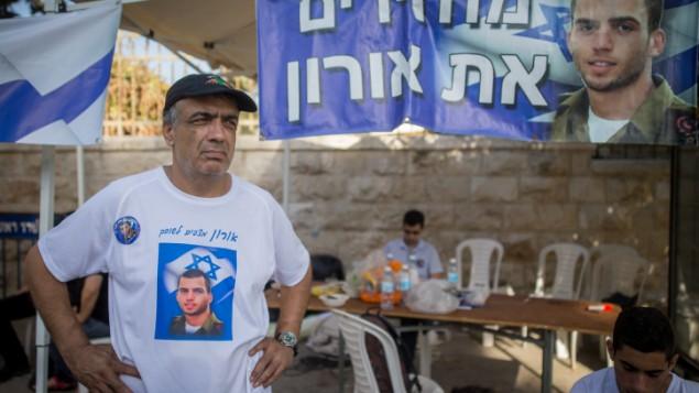 Herzl Shaul, le père du défunt soldat israélien Shaul Oron, se tient à la tente de protestation devant la résidence du Premier ministre à Jérusalem le 26 juin 2016 (Crédit : Yonatan Sindel / Flash90)