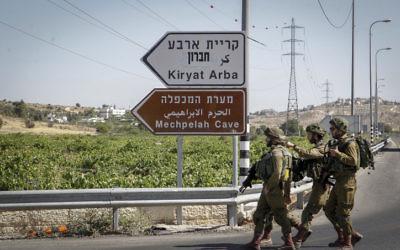 Des soldats israéliens patrouillent près de l'entrée de Kiryat Arba, en Cisjordanie, le 30 juin 2016. (Crédit : Wisam Hashlamoun/Flash90)