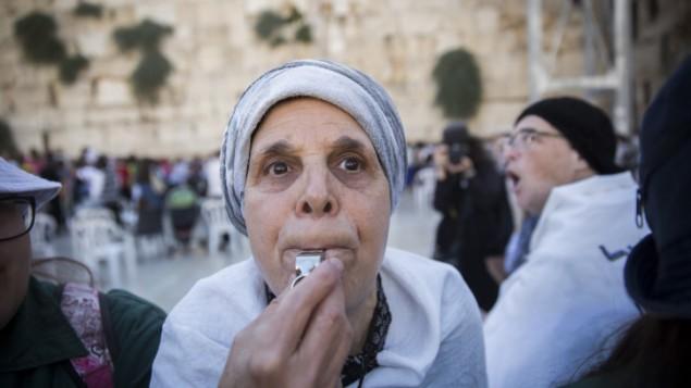 Une femme ultra-orthodoxe siffle pour protester contre l'office de Rosh Hodesh [un nouveau mois juif] des Femmes du Mur, au mur Occidental, dans la Vieille Ville de Jérusalem, le 7 juillet 2016. (Crédit : Hadas Parush/Flash90)