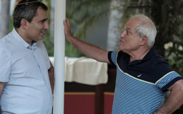 Le ministre des Affaires de Jérusalem Zeev Elkin (à gauche) et le ministre des Affaires sociales Haïm Katz pendant une réunion du secrétariat du Likud près de Tel Aviv, le 16 août 2016. (Crédit : Tomer Neuberg/Flash90)