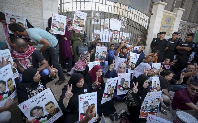 Manifestation de soutien contre la détention administrative des prisonniers palestiniens Bilal Kayed, Muhammad et Mahmud al-Balboul, davnt le siège des Nations unies en Cisjordanie, à Ramallah, le 22 août 2016. (Crédit : Flash90)