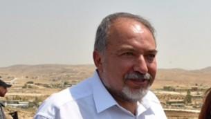 Le ministre de la Défense Avigdor Liberman visite les villages bédouins du Néguev, dans le sud d'Israël, le 29 août 2016. (Crédit : Ariel Hermoni/ministère de la Défense)