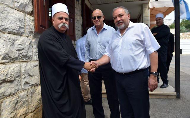 Le ministre de la Défense Avigdor Liberman, à droite, avec le  Sheikh Muafak Tarif, dirigeant spirituel de la communauté druze israélienne, dans le nord du pays, le 31 août 2016. (Crédit : Ariel Hermoni/ministère de la Défense)