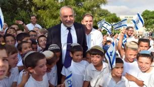 Le ministre de la Défense Avigdor Liberman dans une école de l'implantation israélienne de Susya, en Cisjordanie, le jour de la rentrée scolaire, le 1er septembre 2016. (Crédit : Ariel Hermoni/ministère de la Défense)