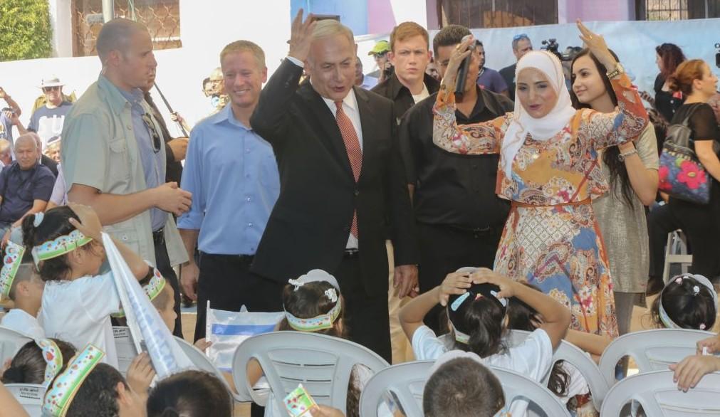Le Premier ministre Benjamin Netanyahu a accueilli les nouveaux élèves de première année au début de l'année scolaire dans la ville arabe de Tamra, le 1er septembre 2016 (Crédit : Flash90)