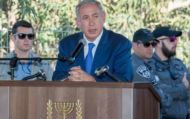 Le Premier ministre Benjamin Netanyahu pendant les funérailles de Herzl Shaul au cimetière de Poria Illit, dans le nord d'Israël, le 4 septembre 2016. (Crédit : Meir Vaknin/Flash90)