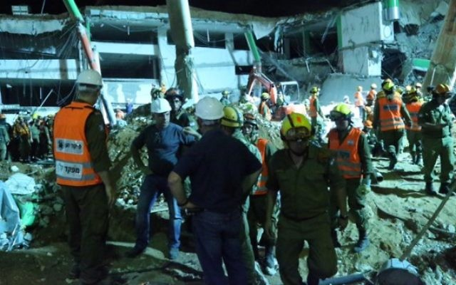 Les secouristes sur le site d'un effondrement d'un parking dans le quartier de Ramat Hahayal  à Tel Aviv le 5 septembre 2016 (Crédit : FLASH90)