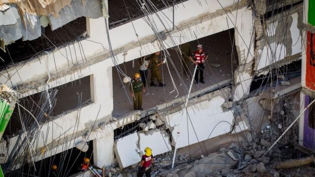 Les sauveteurs sur le site de l'effondrement d'un parking dans le quartier Ramat HaHayal, dans le nord de Tel Aviv, tuant au moins deux personnes, le 5 septembre 2016. (Crédit : Miriam Alster/Flash90)