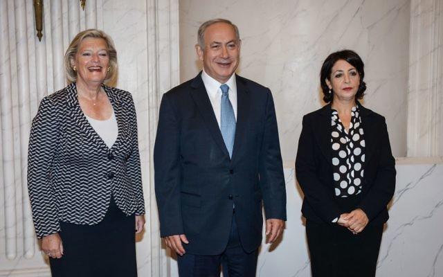 Le Premier ministre israélien Benjamin Netanyahu rencontre la présidente néerlandaise du Sénat Ankie Broekers-Knol (g) et la présidente du Parlement Khadija Arib (d) à La Haye le 7 septembre 2016 (Crédit : Amos Ben Gershom / GPO)