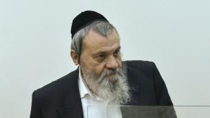 Le rabbin Shimon Sher, membre du conseil municipal de Netanya, est présenté à la Cour des magistrats de Rishon Lezion, le 7 septembre 2016. (Crédit : Avi Dishi/Flash90)