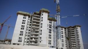 Nouveaux immeubles en construction à Netanya, le 7 septembre 2016. (Crédit : Lior Mizrahi/Flash90)