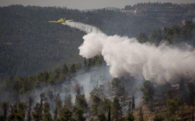 Les avions des pompiers israéliens luttent contre les flammes de la forêt de Jérusalem, le 11 septembre 2016. (Crédit : Yonatan Sindel/Flash90)