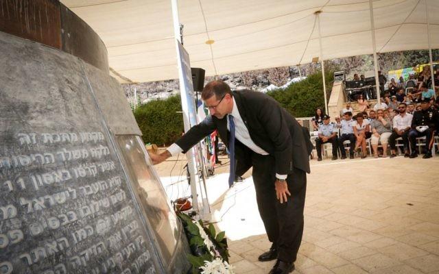 L'ambassadeur américain Dan Shapiro pendant la cérémonie de commémoration du 15e anniversaire des victimes des attentats du 11 septembre aux Etats-Unis, au monument situé près de Jérusalem, le 11 septembre 2016. (Crédit : Yossi Zamir/Flash90)