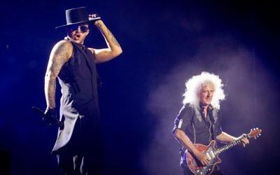Le chanteur américain Adam Lambert en concert avec le groupe anglais Queen au parc Hayarkon de Tel Aviv, le 12 septembre 2016. (Crédit : Miriam Alster/Flash90)